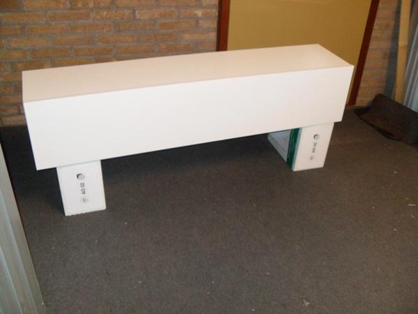 wandkast in hoogglans witte kleur die kan worden opgehangen aan de achterzijde heeft de kast een verstelbaar ophangsysteem